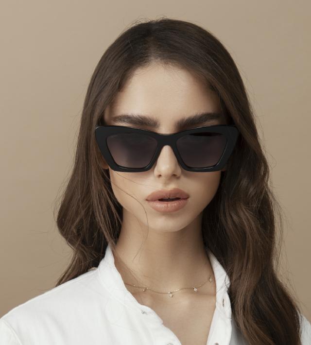 דוגמנית עם משקפי שמש