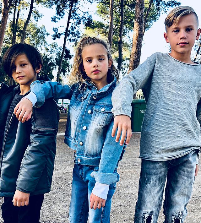ילדים מדגמנים בגדי סולוג