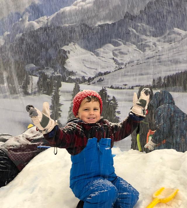 ילד בפסגות הקרח